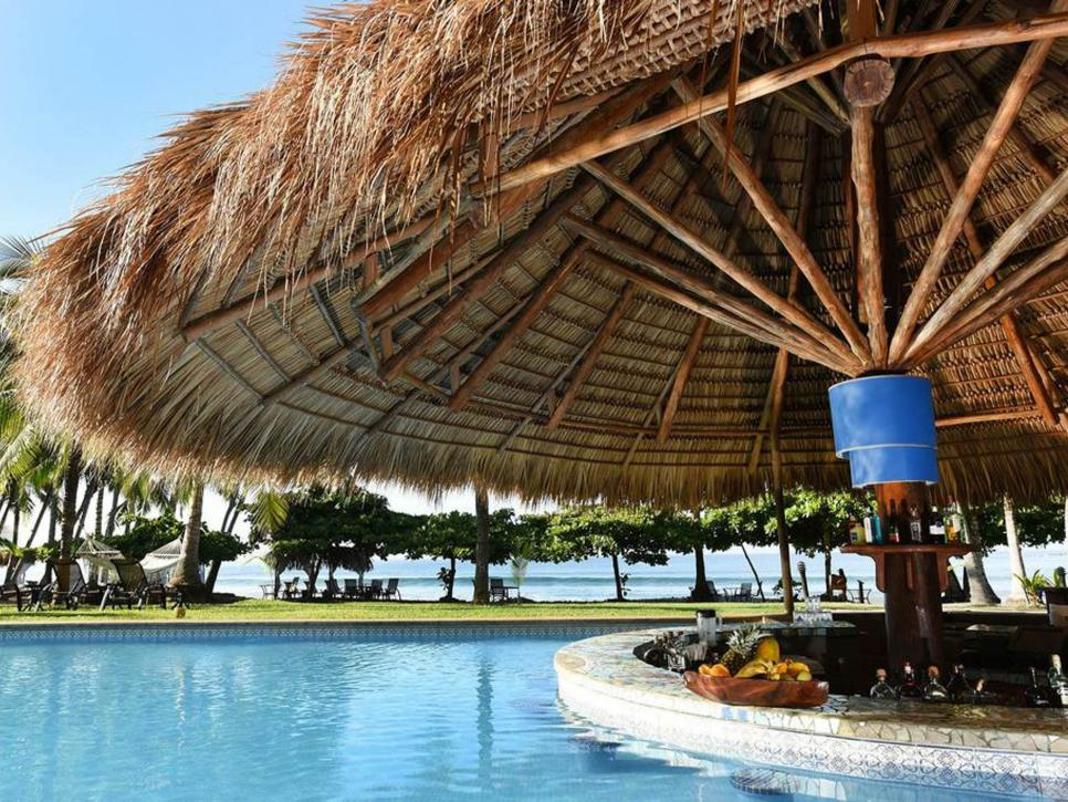 Swimming Pool Travel : The world s coolest swim up bars
